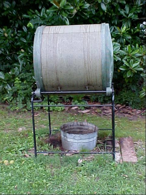 compost_tumbler_catching_organic_liquid_fertilizer_02